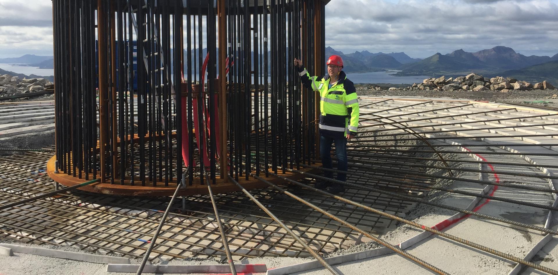 Ulf Hanssen og fundamentet til en av vindturbinene på Ånstadblåheia