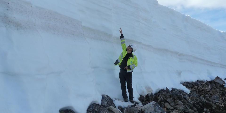 Matthew Homola sjekker snøforholdene på Ånstadblåheia