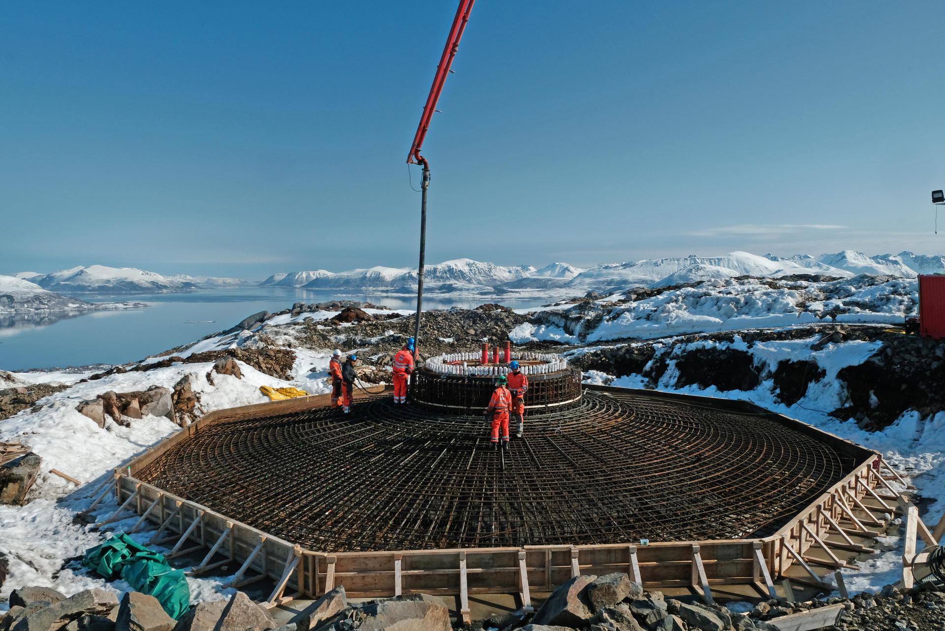 Betongarbeider under støping av vindmøllefundament på Ånstadblåheia, Sortland